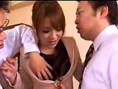 Pantyhosed Oriental Dame kapituliert ihren Körper mit einem Paar von k