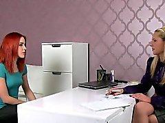 Rotes Haar leckt haarige Pussy an Agenten