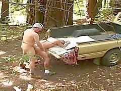 Père l'argent et les randonneurs sur un camion reprise
