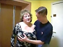 Mature BBW mit zwei Youngers Boys In The Lift .