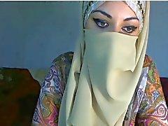 Arabische meisje toont haar borsten