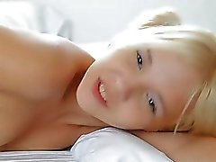 Söt tonåring Monroe pleasuring fitta