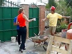 Two ouvriers de la construction baise une ménagère anglais
