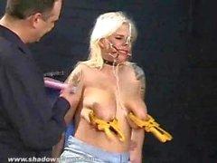 Gedemütigt blonde Slaveslut Kirschen nosehooked tit Folter und Füße Peitsche