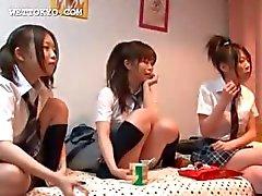 Aziatische tiener schoolmeisjes spelen seksspelletjes in collegezaal