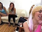 Parti flickor går vilda med deras Eager partiets munnar