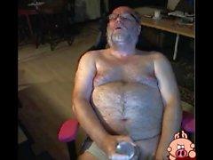 дед погладить на камеру с игрушкой в