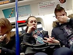 Rigonfiamento di Bambine femmine vigilanza ragazzo on Train
