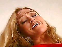 Baby auf Schlauch erstreckt sich den Hüften zu ihr lustvollen Klitoris zu zeigen