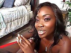 Sexy ebbenhout Babe streelt pik van haar man , terwijl het roken van een sigaret