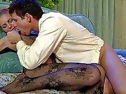 Bello bionda in collant nero fa 69 sul divano a
