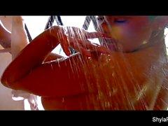 Acción húmeda solo con la rubia tetona Shyla Stylez