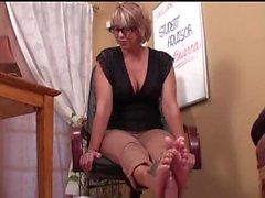 Söt Nerdy Girl i glasögon Footjob 41