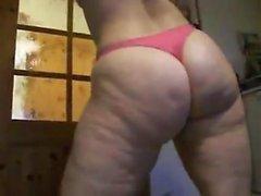 Fat Slut-zeigt ihre Ass In einem String-Tanga