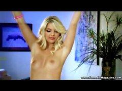 Eine tan Couch, einen heiße Blondine und sexy Dessous , liegt Jana Jordaniens