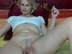 Carol Goldnerova vollbusige Blondine solo masturbiert