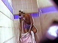 Bir adam soyunma odasında Spycam (1990'lı yılların eski videosu)