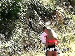 Blonde Schlampe im Freien Blowjob einem öffentlichen Park