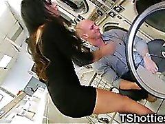 Transsexueller Teenie Ruft Sperma auf einem Waschsalon !