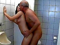 Grandpa fucks jugendlich in der öffentlichen Toilette