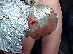 Schmerzen liebende Baby protzt mit ein zusammenziehenden Arsch