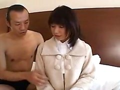 Schlankes haariges japanisches Mädchen gefingert