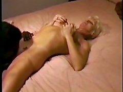 Восхитительная блондинка в классическими порно- сценах