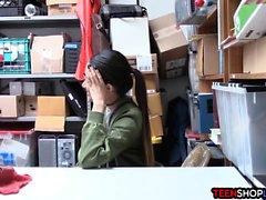 Молодой магазинный вор с отношением трахал качестве охранника