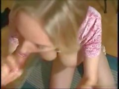 Pigtailed jeune blonde Petra se chatte serrée baisée