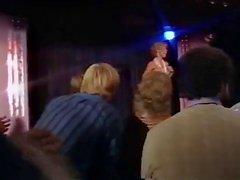 Blonde учителя полоски на сцене