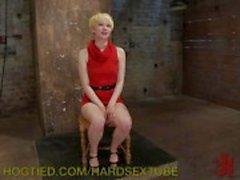 Порабощенных блондинку получает половым наказан