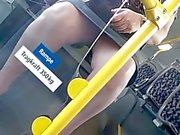 Versteckte Kamera filmt Dame im Bus zwischen den Beinen