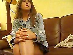 Brunette Franse tiener is in een hete trio met twee oudere mannen