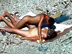 una sveltina in spiaggia