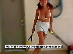 Onafhankelijke Busty naakte meisje tennis