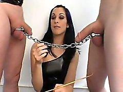 Ella corbatas una cadena de dos pinchazos y tienen un tirón extraño o