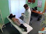 Braunhaarig Babe bei gefälschte Klinik
