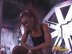 Slim ebony dominatrix ravit un mec corné dans le donjon