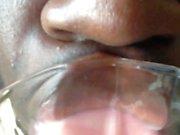 Fetish Francês Beijando a garrafa de vidro 1