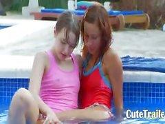 Lezzs mojadas kissing de la piscina
