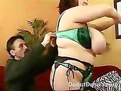 Sexy BBW heeft enorme tieten en pronkt met haar kut en kont