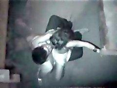 Verborgen camera vangt dit echtpaar gaan op het 's nachts buiten