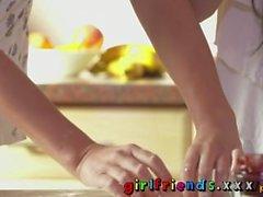 Freundinnen süße Mädchen Backen und ficken in der Küche