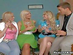 Attraktives erfahrener Muschilecken blondes milfs Puma Swede Kylie und : Pornsharing Nackt Video