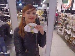 Jeny Smith blinkt ihre nahtlose Strumpfhose beim Einkaufen