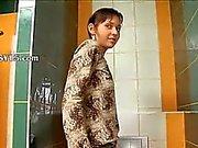 Häpnadsväckande benigt söt flicka på toalett