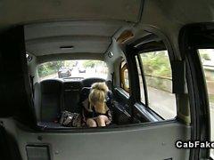 Mince amateur britannique cogné en fausse le taxi