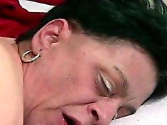 abuelita tomando una polla en el coño