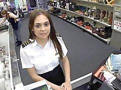 Hôtesse de sexy latina suce dans pawn shop publiques