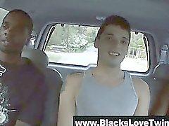 Blanc Guy convaincus d'essayer black cock